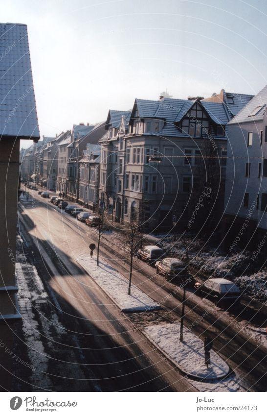 down the street Winter Haus Straße kalt Schnee Eis Architektur Frost gefroren Häuserzeile