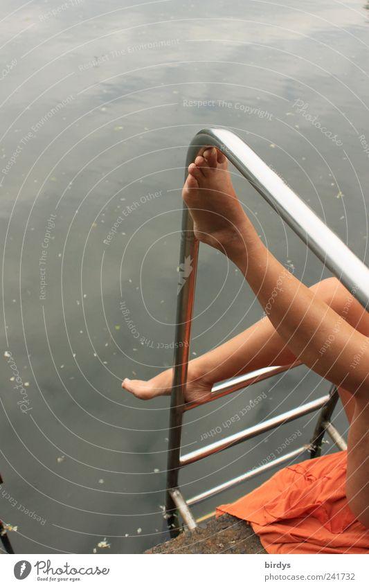 Heiße Beine am See Mensch schön Sommer Wasser Erwachsene feminin elegant ästhetisch Seeufer Körperhaltung Gesäß Leidenschaft reizvoll Lust