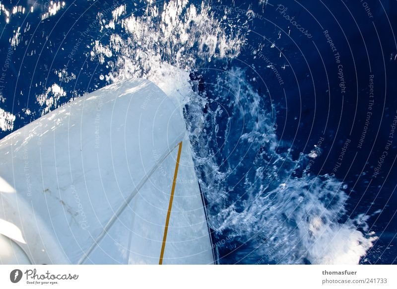 Bugwelle Wasser Sommer Schönes Wetter Meer Schifffahrt Kreuzfahrt Bootsfahrt Sportboot Jacht Motorboot Segelboot Segelschiff unten blau weiß Sehnsucht Fernweh
