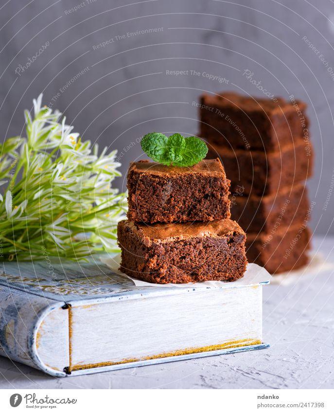 quadratische Stücke Schokoladenbrownie Dessert Süßwaren Essen Tisch Blume dunkel lecker braun weiß Brownies Kuchen Lebensmittel Zucker Scheibe Hintergrund süß