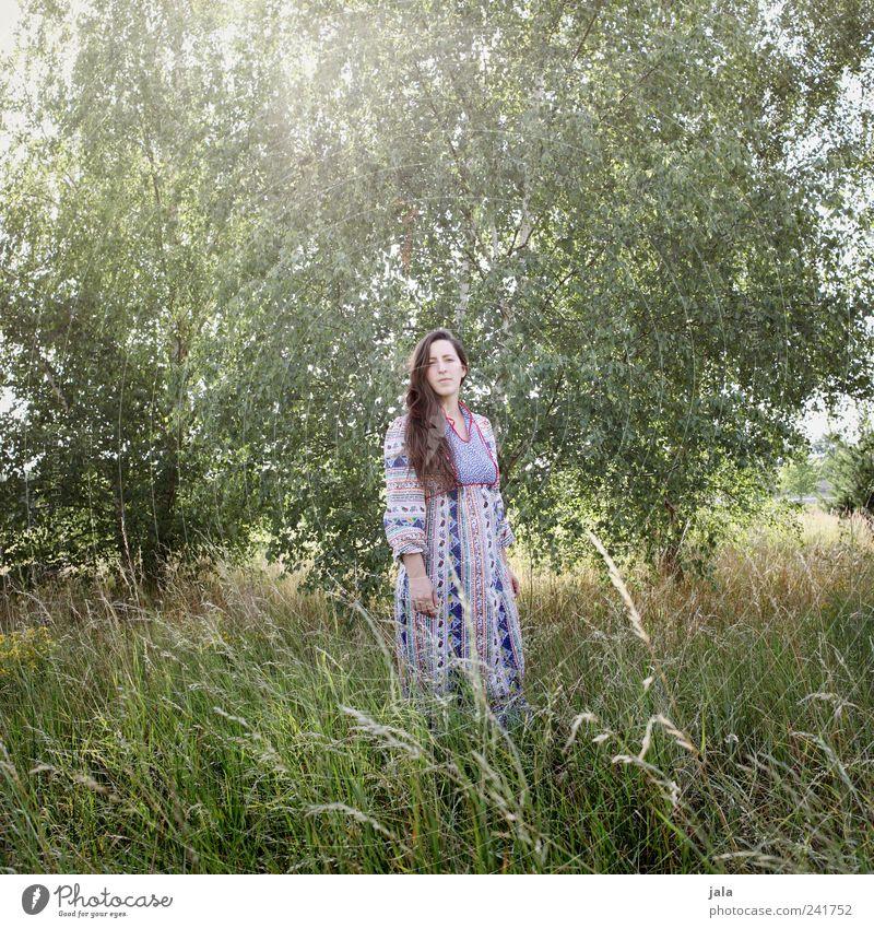 natur | 02 Frau Mensch Natur Baum Pflanze Erwachsene feminin Wiese Landschaft Gras stehen Grünpflanze 30-45 Jahre Birke Wildpflanze