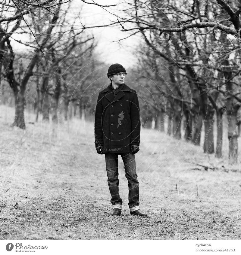 Winter Mensch Natur Jugendliche Baum Einsamkeit ruhig Erwachsene Ferne Erholung Umwelt Landschaft Leben Wiese Freiheit Wege & Pfade Mode