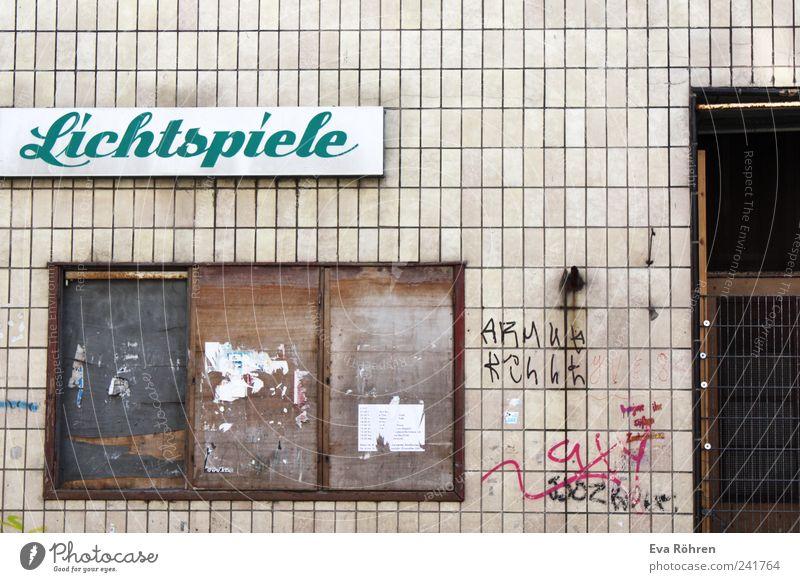 Lichtspiele Theater Kultur Kino Menschenleer Haus Bauwerk Gebäude Mauer Wand Fassade Tür Schriftzeichen Schilder & Markierungen alt dreckig Originalität retro