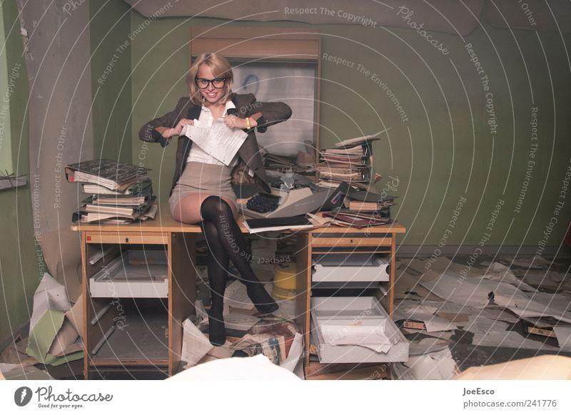 #241776 Frau Erwachsene dunkel Büro Business Arbeit & Erwerbstätigkeit Kraft wild Studium Bildung chaotisch Ruhestand trendy Aktenordner selbstbewußt Karriere