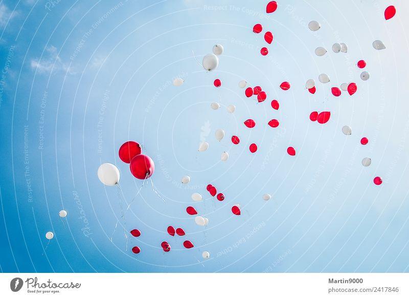 99 Luftballons Glück Feste & Feiern Hochzeit Geburtstag fliegen Liebe blau rot weiß Stimmung Freude Fröhlichkeit Farbfoto Außenaufnahme Textfreiraum oben