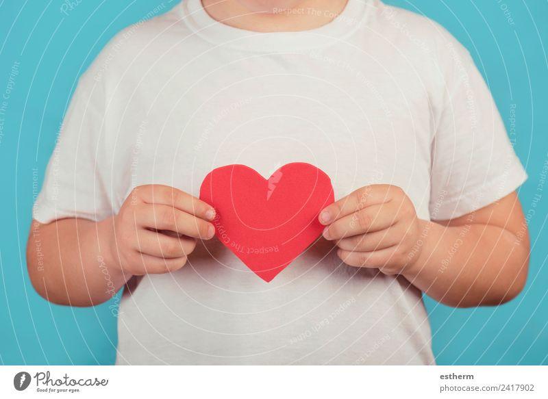 Junge mit Herz auf blauem Hintergrund Lifestyle Freude Feste & Feiern Valentinstag Muttertag Mensch maskulin Kind Kleinkind Kindheit 1 8-13 Jahre festhalten