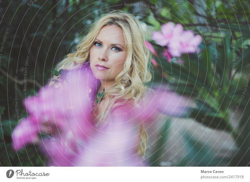 schöne blonde Frau umgeben von Blumen in romantischer Pose elegant Stil Haare & Frisuren Kosmetik Parfum Creme Schminke Lippenstift Junge Frau Jugendliche 1