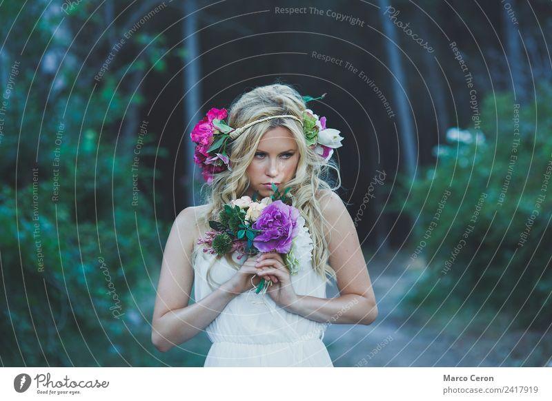 Schöne blonde Frau mit weißem Kleid und Blumen im Wald. schön Hochzeit Junge Frau Jugendliche 1 Mensch 18-30 Jahre Erwachsene Natur Pflanze Frühling Sommer Baum