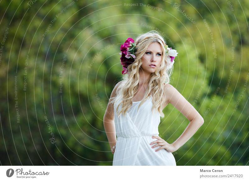 schöne slawische Braut mit verschwommenem Naturhintergrund elegant Stil Kosmetik Parfum Erholung ruhig Junge Frau Jugendliche 1 Mensch 18-30 Jahre Erwachsene