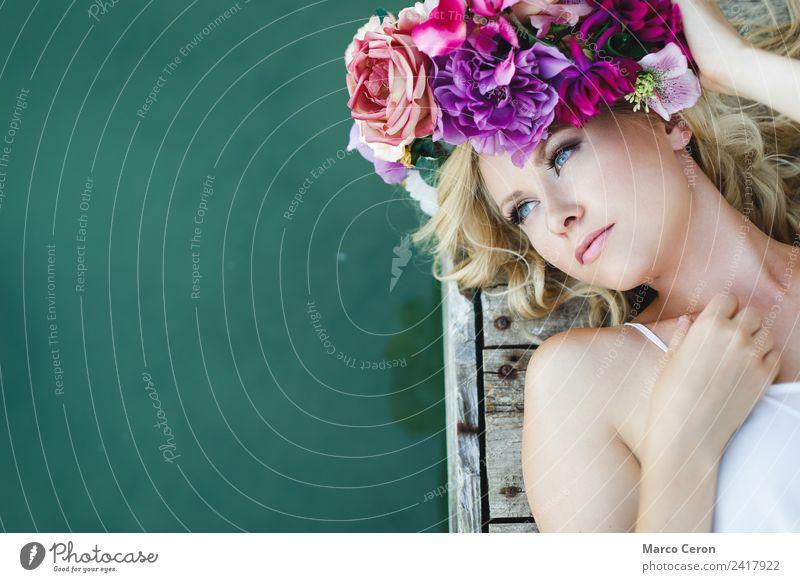 Wunderschöne junge blonde Frau, die auf dem hölzernen Pier und Wasser liegt. elegant Haare & Frisuren Haut Kosmetik Schminke Lippenstift harmonisch Erholung