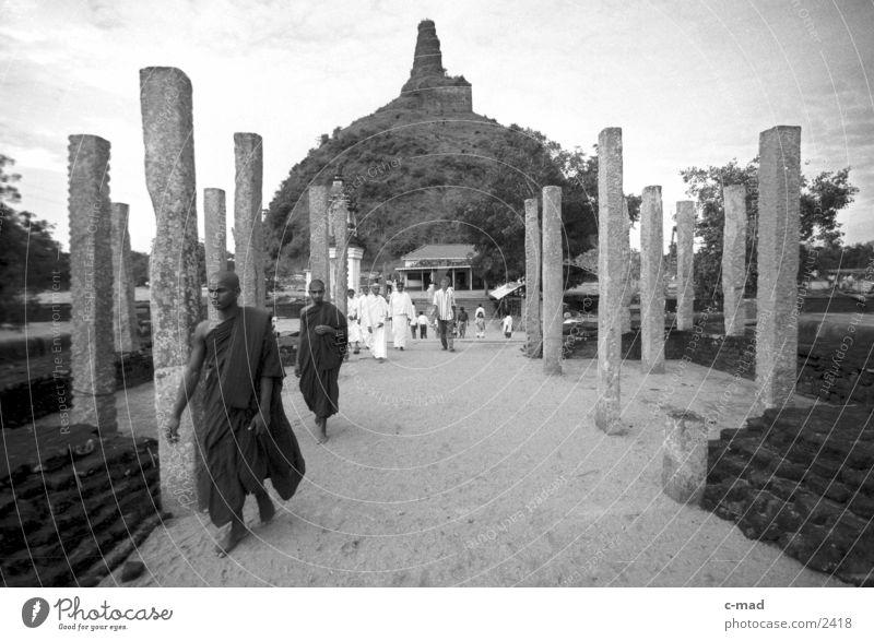 Mönche vor Stupa - Sri Lanka Los Angeles Mensch Schwarzweißfoto Architektur