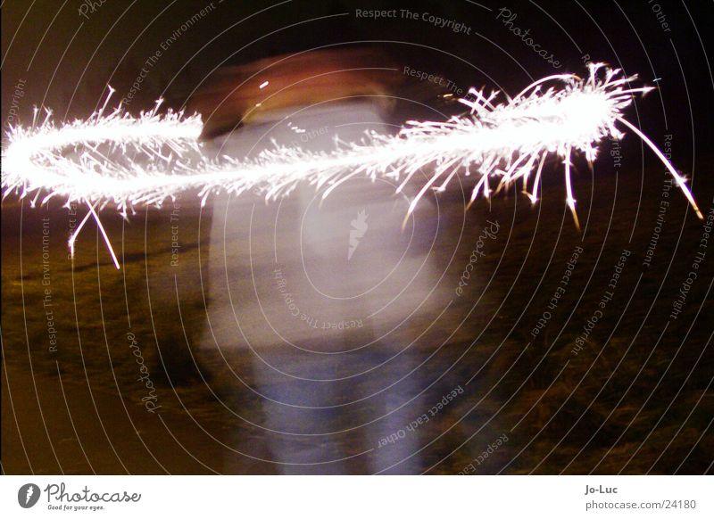 spinning Kind Mädchen Silvester u. Neujahr Wunderkerze Nacht sprühen drehen Licht Langzeitbelichtung Funken