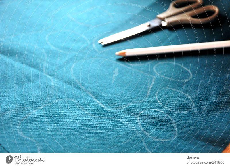 Verflixt und zugenäht Schreibstift blau grün Nähen geschnitten Sticken Schnittmuster Muster Schere Farbstift Stoff Textilien Pfote Gedeckte Farben Nahaufnahme