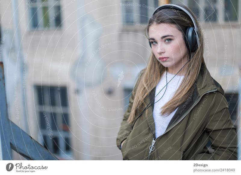 Mädchen hört Musik und sieht dich an. Lifestyle Glück Zufriedenheit Haus Schule Headset Fotokamera Technik & Technologie Mensch feminin Junge Frau Jugendliche