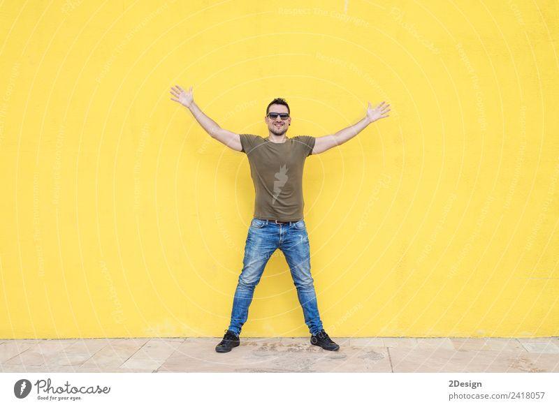 Mensch Jugendliche Mann blau grün Junger Mann weiß Freude 18-30 Jahre Erwachsene Lifestyle gelb Gefühle Glück Business Arbeit & Erwerbstätigkeit