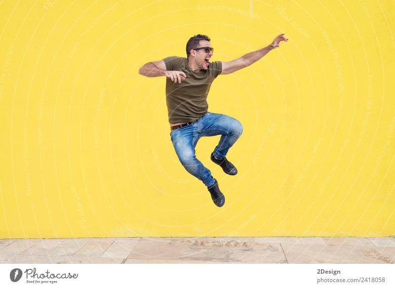 Mensch Jugendliche Mann Junger Mann Freude Erwachsene Lifestyle Leben gelb Bewegung Freiheit Textfreiraum springen maskulin Aktion genießen