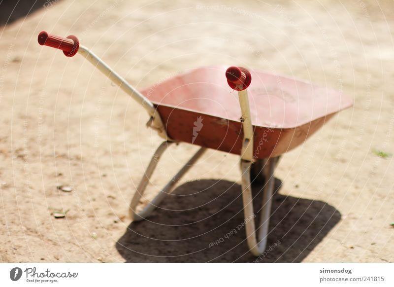 take it away! alt rot Ferien & Urlaub & Reisen Freude Spielen Bewegung Kindheit Arbeit & Erwerbstätigkeit Freizeit & Hobby Erde dreckig Beginn Fröhlichkeit