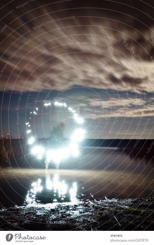 circletraining+ Mensch Wasser träumen maskulin leuchten ästhetisch Kreativität fantastisch Kreis Schilfrohr Surrealismus Nachthimmel rotieren strahlend Wolkenhimmel Leuchtspur
