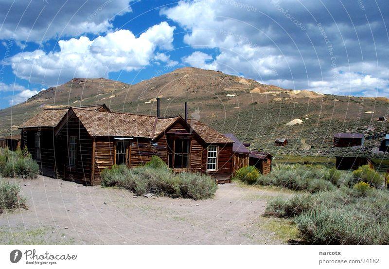 ghost town Dorf Amerika Südwest Einsamkeit Mine Geisterstadt Wolken Wüste karg USA Holzhaus Holzhütte Wolkenhimmel Menschenleer Leerstand Unbewohnt historisch