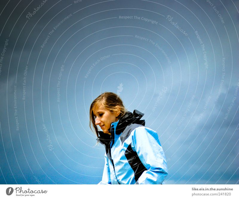 montags-blues Mensch Frau Jugendliche blau Ferien & Urlaub & Reisen Sommer Wolken Einsamkeit Erwachsene Ferne Freiheit Kopf Haare & Frisuren Wetter wandern