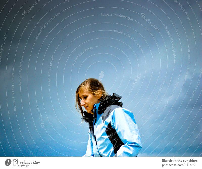 montags-blues Mensch Frau Jugendliche blau Ferien & Urlaub & Reisen Sommer Wolken Einsamkeit Erwachsene Ferne Freiheit Kopf Haare & Frisuren Wetter wandern Ausflug