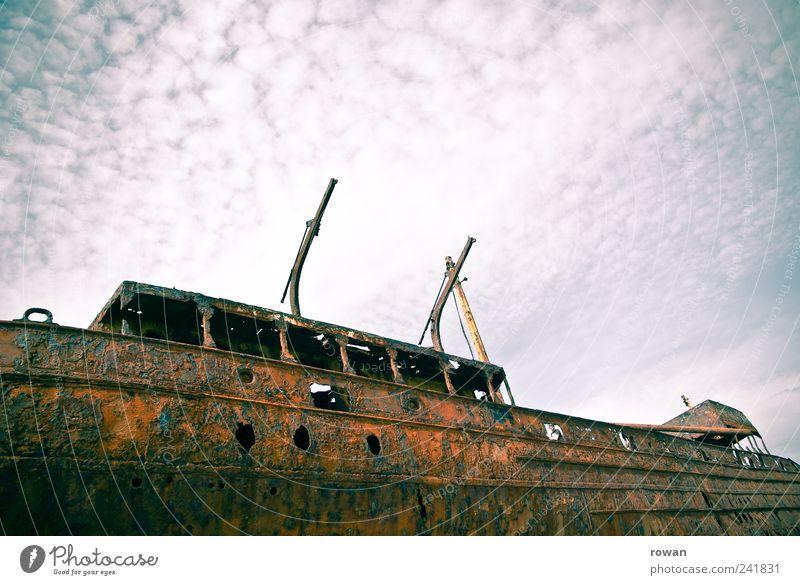 Wrack alt dunkel Wasserfahrzeug trist kaputt bedrohlich Vergänglichkeit gruselig Rost Schifffahrt Schrott Schiffswrack Motorboot Bootsfahrt Containerschiff
