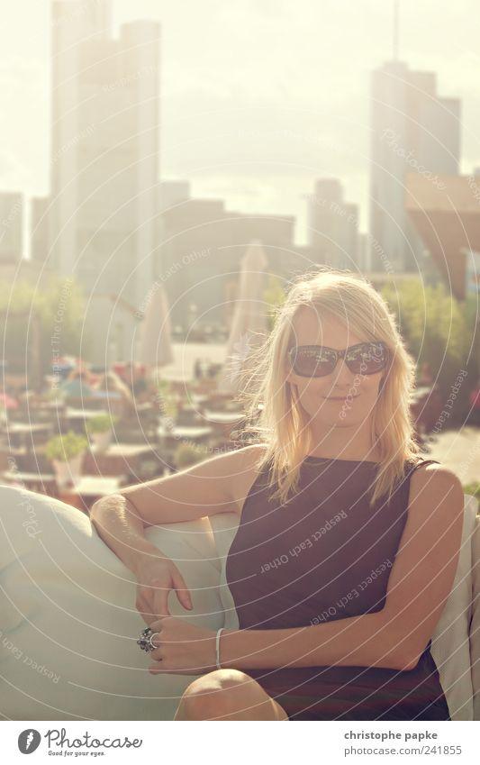Summer In The City III Mensch Jugendliche schön Stadt Sonne Sommer Erholung feminin Erwachsene Stil Wärme Zufriedenheit blond elegant warten modern