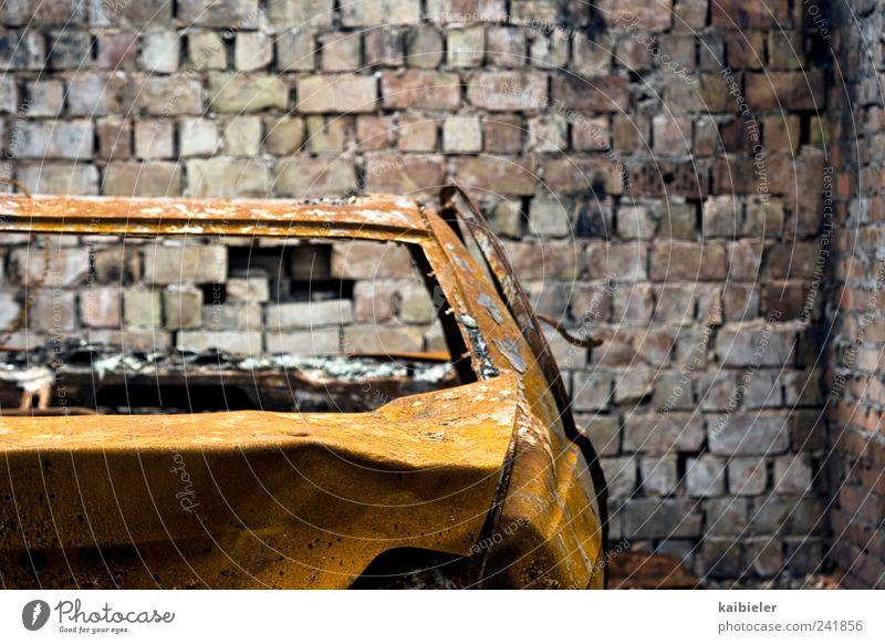Dauerparker alt blau gelb dunkel Wand Mauer PKW braun kaputt Ende Vergänglichkeit Rost Autofahren parken Garage Parkhaus