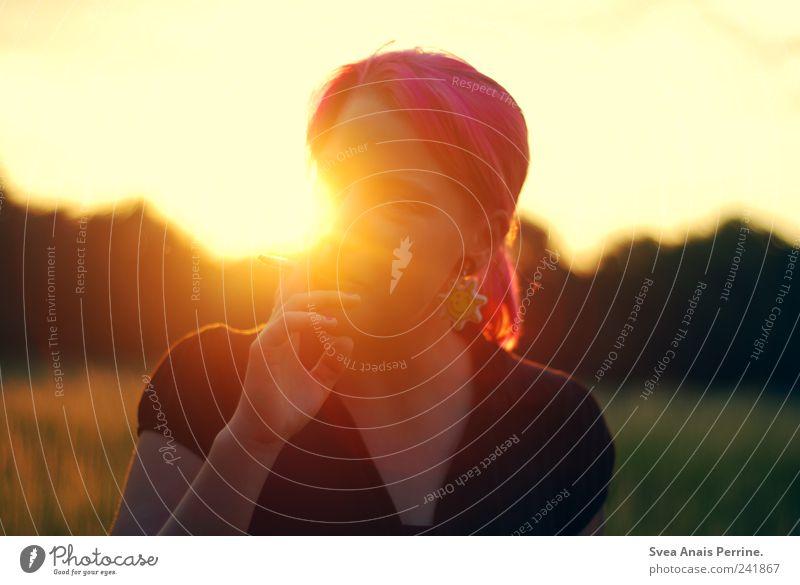 rosasonne. Mensch Jugendliche Gesicht Wiese feminin träumen Haare & Frisuren Erwachsene Lifestyle einzigartig außergewöhnlich leuchten genießen Schönes Wetter