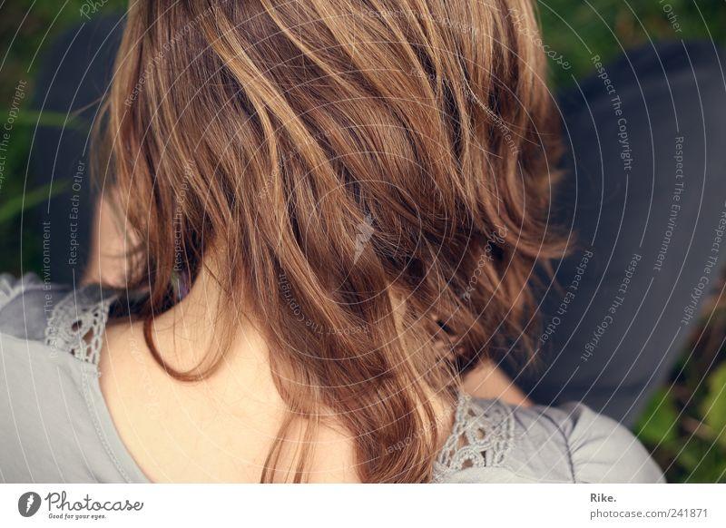 Über die Schulter hinaus. Mensch feminin Junge Frau Jugendliche Haare & Frisuren 1 18-30 Jahre Erwachsene brünett blond langhaarig Erholung lesen sitzen