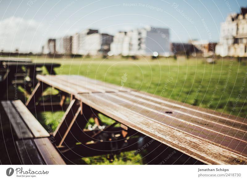 Gartentisch in der Sonne Stadt Stadtrand Brighton Bank Tisch Café Außenaufnahme England Sonnenlicht Holztisch Gartenmöbel Grillen Farbfoto Tag Licht