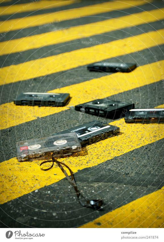 Tapes 'n Tapes gelb Straße Stein Musik Feste & Feiern Tanzen Verkehr Streifen retro Asphalt Club Stadtzentrum gestreift Verbote Diskjockey Tonband