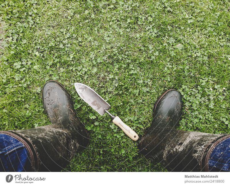 Im Garten Häusliches Leben Gartenarbeit Schaufel Beine Fuß 1 Mensch 45-60 Jahre Erwachsene Umwelt Natur Erde Gummistiefel Arbeit & Erwerbstätigkeit stehen