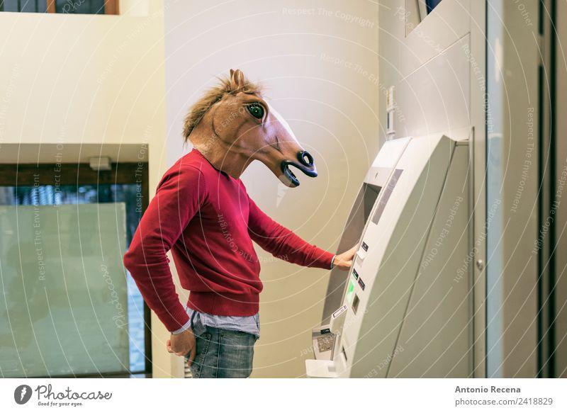 Wir brauchen Geld Mensch Mann Erwachsene 1 18-30 Jahre Jugendliche verrückt Pferdekopf atm Bank Wirtschaft Maske Kostüm Halloween Farbfoto