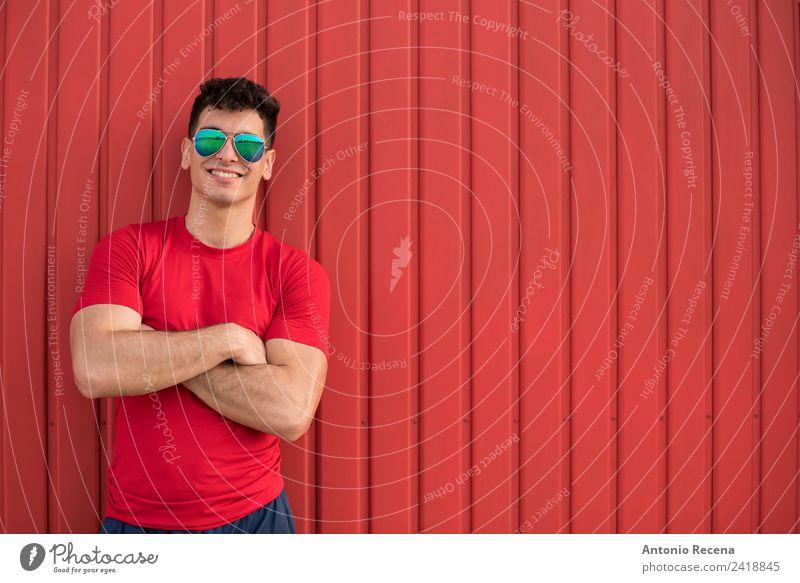 rot auf rotem Lächeln Mensch Mann Erwachsene brünett 20-25 Jahre alt 20s 30 Jahre alt attraktiv Arabien Tür Latein Lateinamerikaner Muskelaufbau Nur ein Mann
