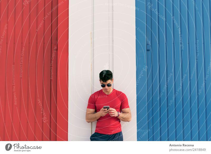 Mensch Mann Erwachsene berühren lesen Telefon sportlich brünett Sonnenbrille Vernetzung Lagerhalle Typ Mitteilung industriell Brillenträger Lateinamerikaner