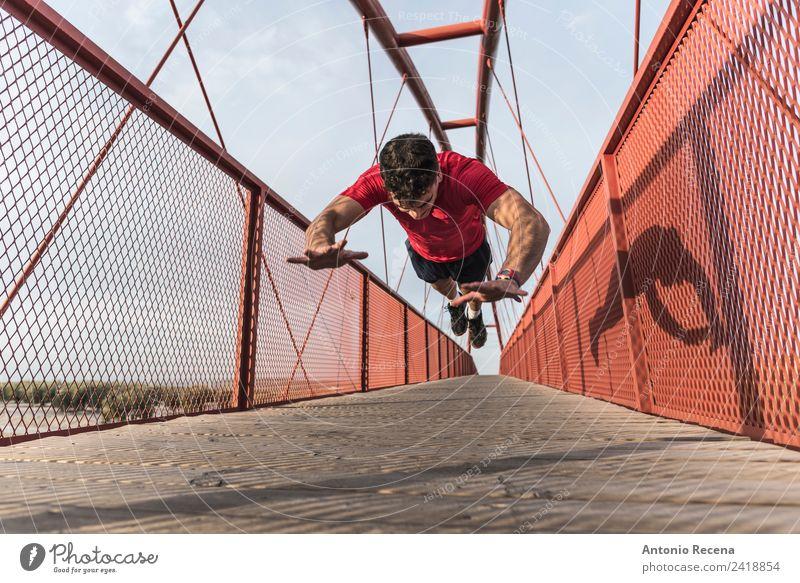 Mensch Jugendliche Mann rot 18-30 Jahre Erwachsene Sport Fitness Brücke Eisenbahn sportlich Gleichgewicht Muskulatur Fußgänger 1 Mensch Kaukasier