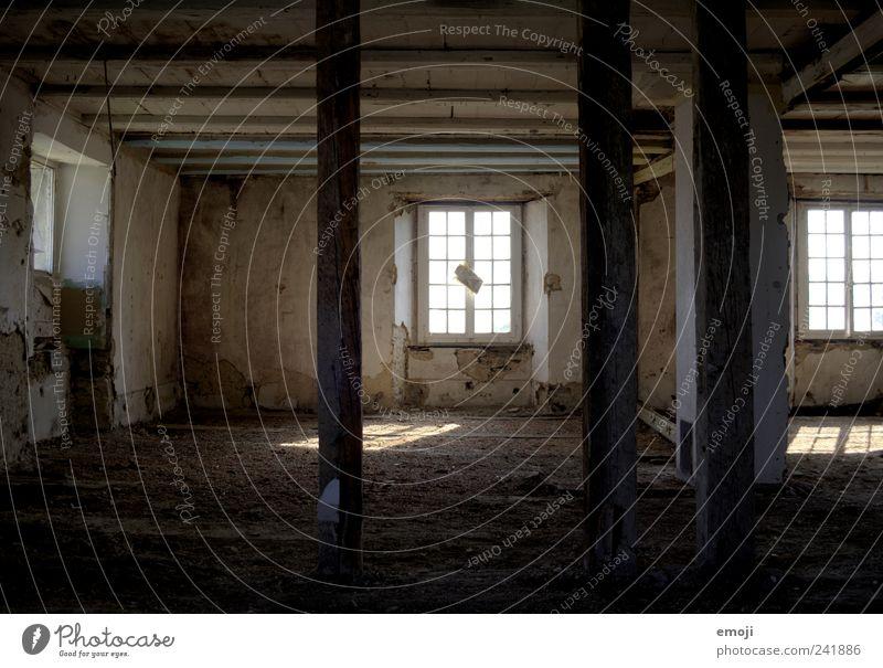 an einem anderen Ort Haus Ruine Mauer Wand Fenster alt dunkel braun HDR Demontage verfallen verwüstet Leerstand Balken Pfosten Farbfoto Gedeckte Farben