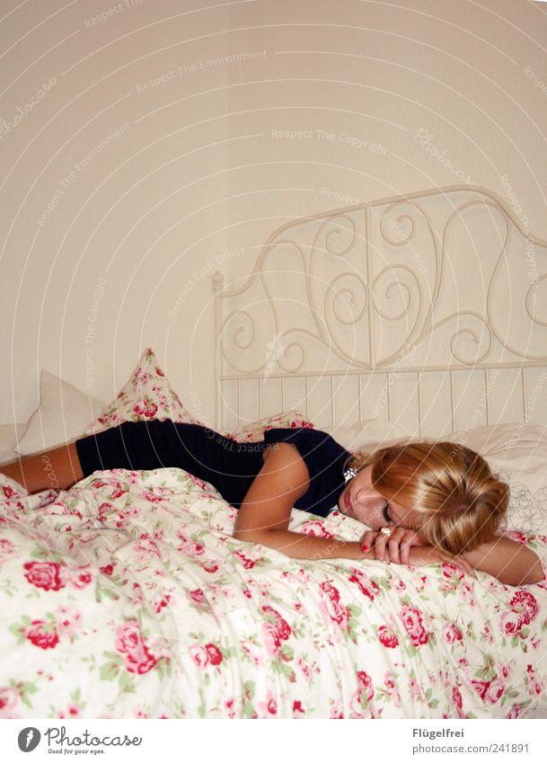 Traumstoff Mensch schön Blume feminin träumen Traurigkeit schlafen Rose Bett Romantik liegen Müdigkeit Gedanke Ornament Liebeskummer Bettwäsche