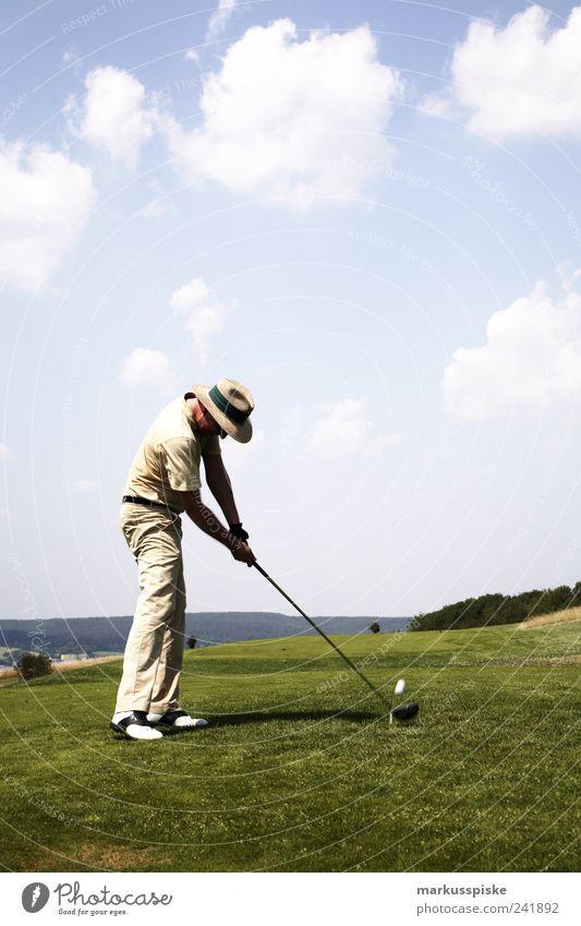 Abschlag an Loch 1 Freude Sport elegant ästhetisch Golf Leidenschaft sportlich Golfplatz Golfschläger diszipliniert Fairness Golfloch Golfball Golfer