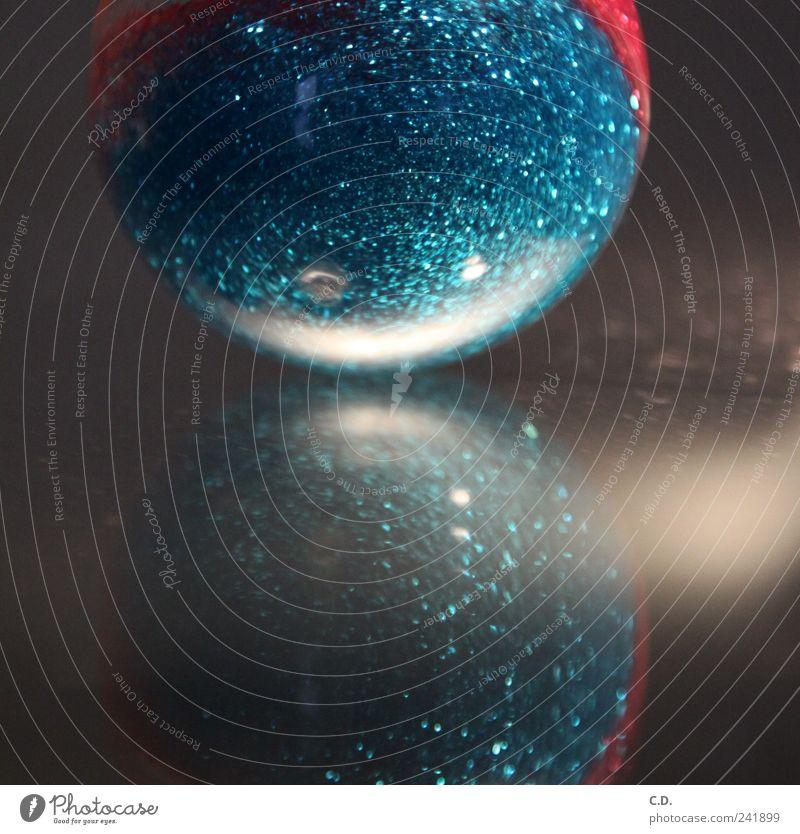 funkel flummi Kunststoff Kugel modern rund blau silber Gummiball glänzend Reflexion & Spiegelung Farbfoto Innenaufnahme