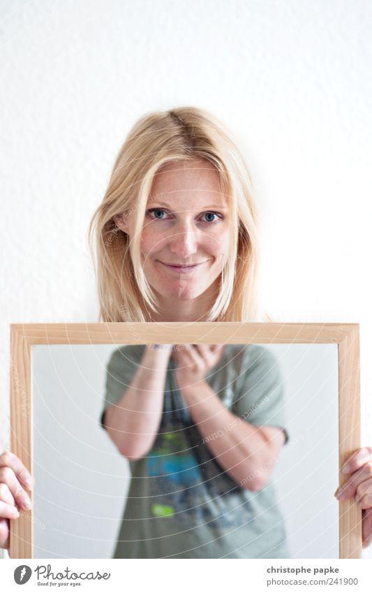 Selbstbild vs. Fremdbild Mensch Jugendliche feminin Kopf maskulin Fröhlichkeit Model beobachten Spiegel festhalten Kreativität skurril Fotograf Seele Junge Frau