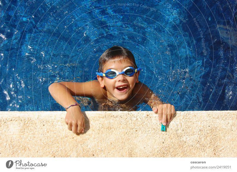 Junge mit Brille im Schwimmbad Freude Glück schön Gesicht Erholung Freizeit & Hobby Spielen Ferien & Urlaub & Reisen Sommer Sonne Kind Kindheit Lächeln lachen