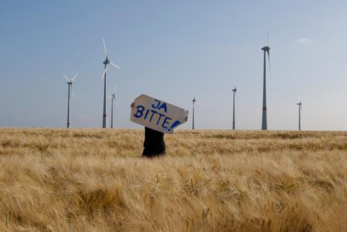 Nein Danke ? Mensch Natur Sommer Umwelt Landschaft Feld Energiewirtschaft Klima frei Wandel & Veränderung Zeichen Wut Windkraftanlage Reichtum Mut