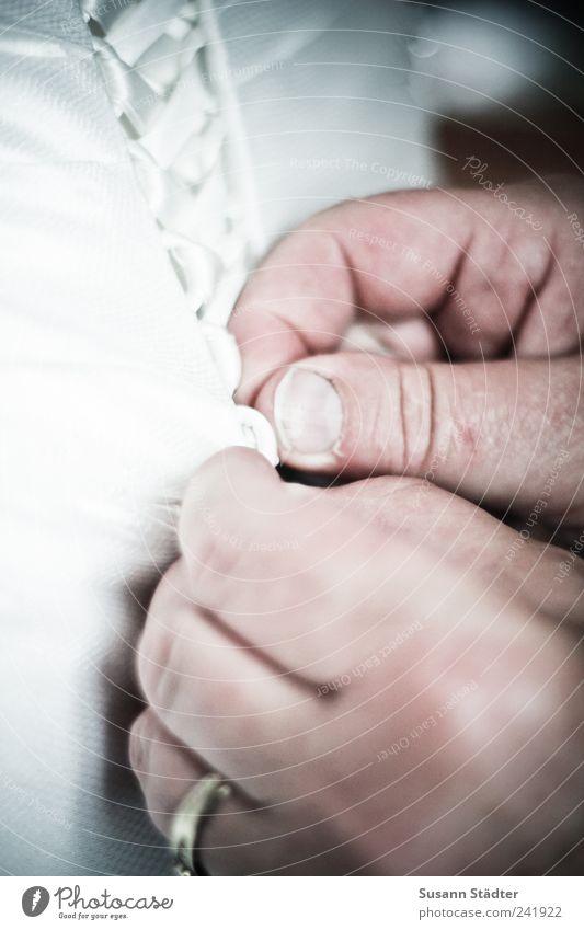 secret moment Kleid leuchten Ehering Hochzeitstag (Jahrestag) Brautkleid Korsett weiß träumen binden Korsage Gedeckte Farben Innenaufnahme Nahaufnahme