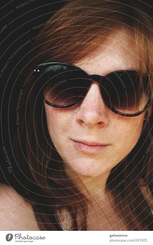 glas aufm kopp rot feminin Kopf Haare & Frisuren braun frei einfach weich nah Lächeln Sonnenbrille langhaarig rothaarig