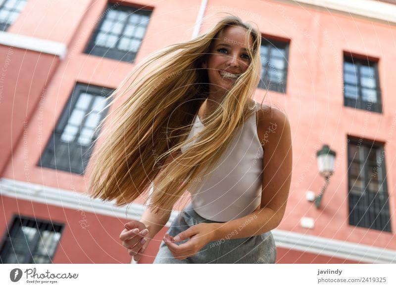 Fröhliche junge Frau mit beweglichen Haaren im Freien Lifestyle elegant Stil Glück schön Haare & Frisuren Sommer Mensch feminin Junge Frau Jugendliche