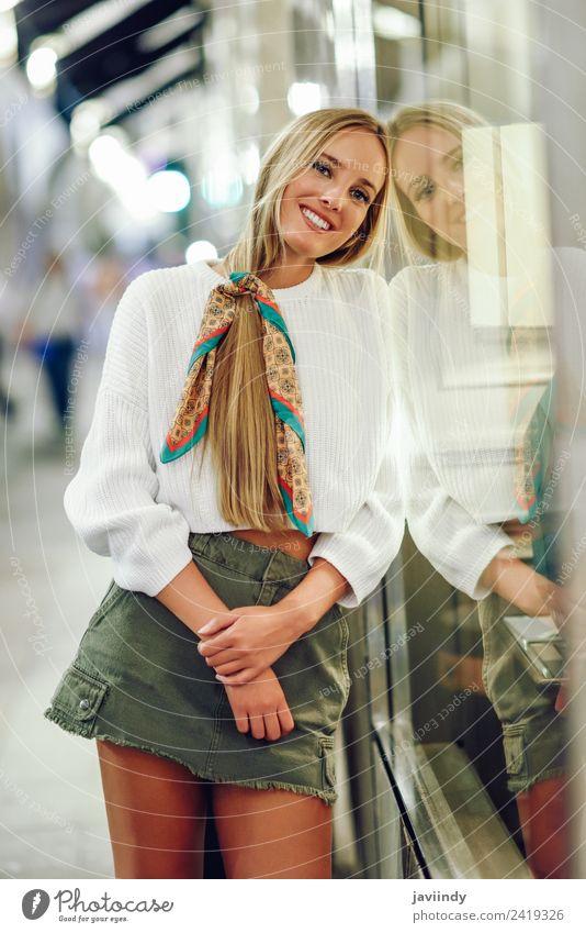 Blondes Mädchen mit weißem Pullover, das auf der Straße lächelt. Lifestyle kaufen Stil Glück schön Haare & Frisuren Winter Mensch feminin Junge Frau Jugendliche