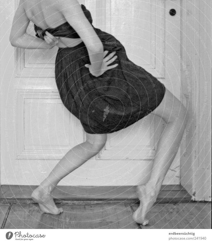 Going crazy Frau Fuß Beine Tanzen Mode Erwachsene gehen Tür laufen Rücken Bekleidung ästhetisch Kleid einzigartig außergewöhnlich