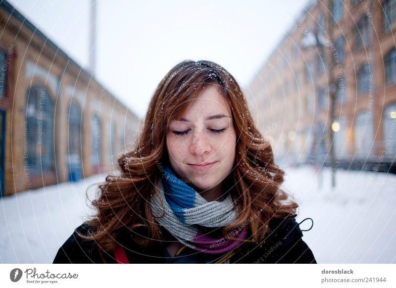 close your eyes. Mensch feminin Junge Frau Jugendliche 1 18-30 Jahre Erwachsene Winter Berlin Deutschland Europa brünett langhaarig Locken Erholung Lächeln